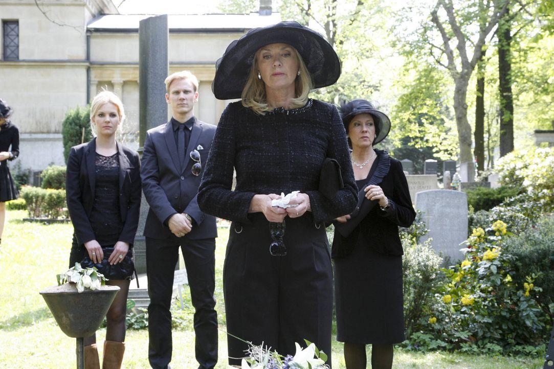 Elisabeth (Birte Berg, 2.v.r.) hält eine bewegende Grabrede. Alexandra (Yvonne Schönherr, l.), Philip (Philipp Romann, 2.v.l.) und Ingrid (Oliviam... - Bildquelle: SAT.1