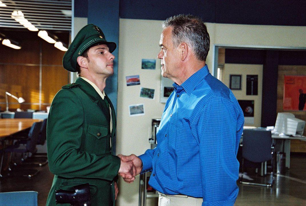 Tom (Steven Merting, l.) lässt sich zum Polizeiobermeister degradieren und in eine andere Dienststelle versetzen. Ein Plan, der von ihm und Kommissa... - Bildquelle: Claudius Pflug Sat.1
