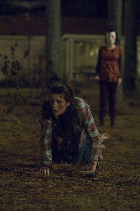 Kann ihren maskierten Peinigern (Laura Margolis, r.) nicht entkommen: Kristen (Liv Tyler, l.) ... - Bildquelle: Glenn Watson 2007 Focus Features LLC.  All Rights Reserved.