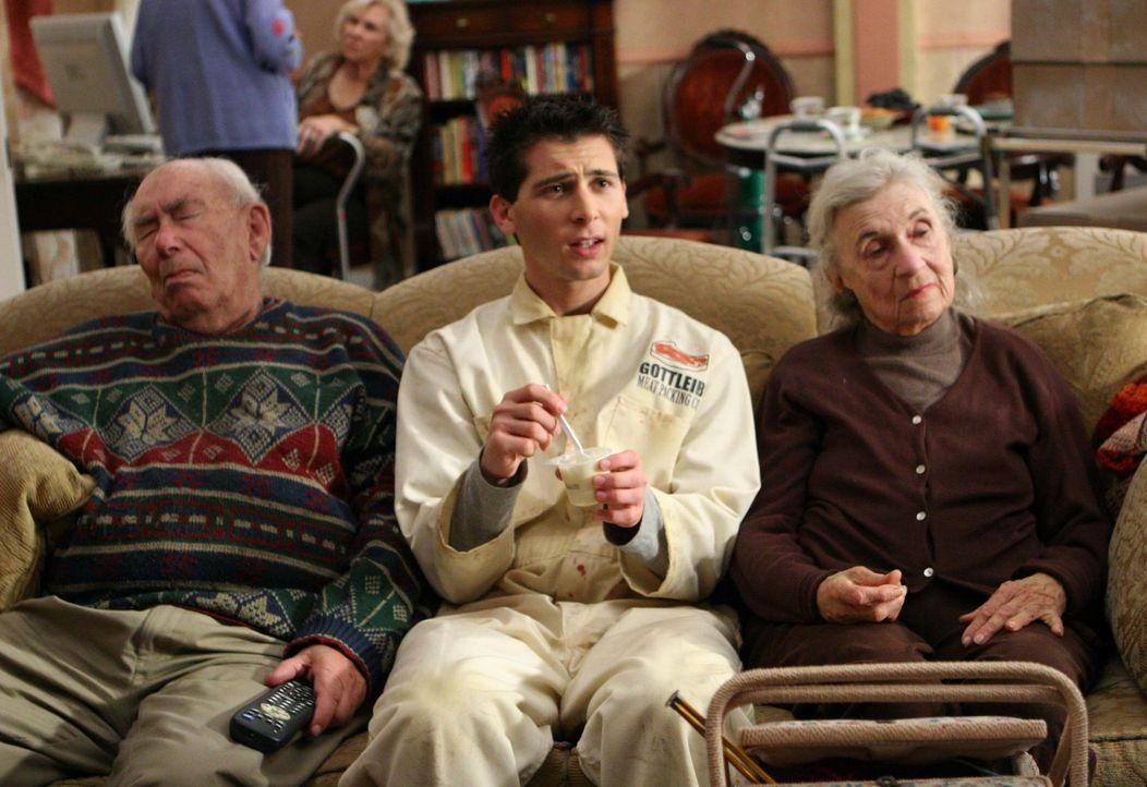 Resse (Justin Berfiled, M.) versucht im Altersheim zwei Bewohner zu verkuppeln, doch der Plan geht nicht auf ... - Bildquelle: TM +   2000 Twentieth Century Fox Film Corporation. All Rights Reserved.