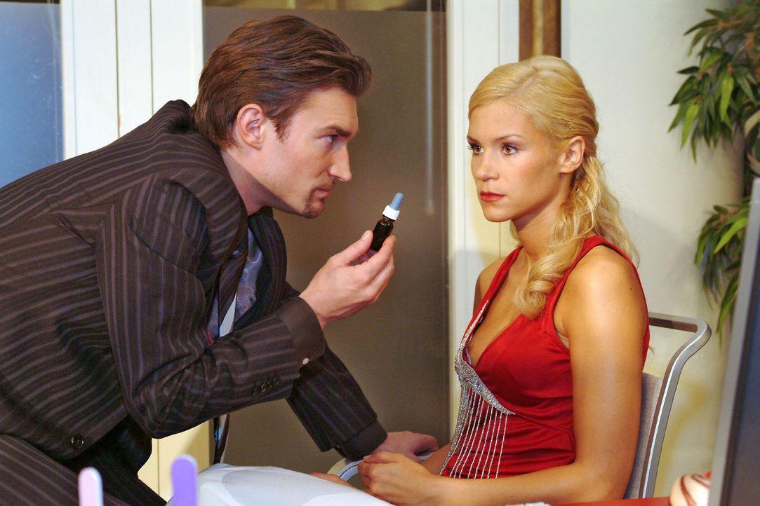 Sabrina (Nina-Friederike Gnädig, r.) hat Richards (Karim Köster, l.) Gefühle zu ihr auf die Probe gestellt - und letztlich nur seine Skrupellosigkei... - Bildquelle: Monika Schürle Sat.1