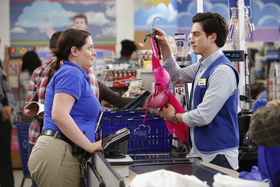 Jonah (Ben Feldman, r.) gerät in Panik, als Dina (Lauren Ash, l.) wegen ihm ihre Stelle aufgibt und sich in die Kosmetikabteilung versetzen lässt ..... - Bildquelle: Greg Gayne 2015 Universal Television LLC. ALL RIGHTS RESERVED.