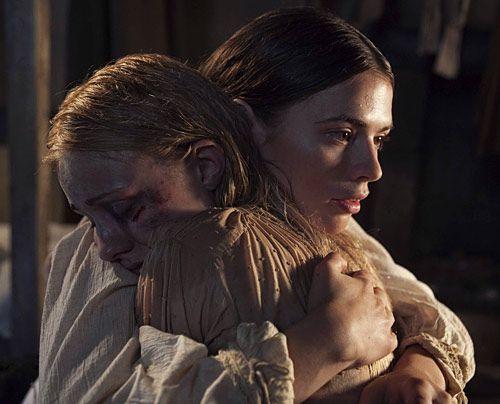 Elizabeth Hamleigh (Sky Lourie) ist von ihrem Mann William schlimmer als üblich zugerichtet worden. Sie sucht Zuflucht bei Aliena (Hayley Atwell). - Bildquelle: Egon Endrenyi - Tandem Productions - Pillars Productions