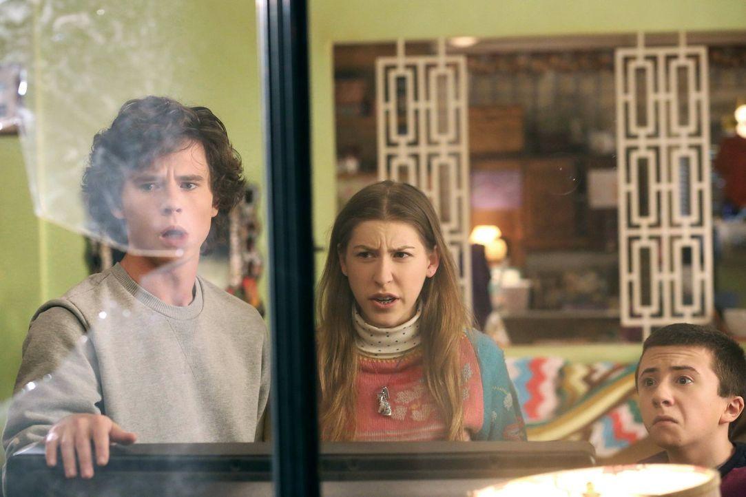Während ihre Eltern einen Ausflug machen, schlagen Axl (Charlie McDermott, l.), Sue (Eden Sher, M.) und Brick (Atticus Shaffer, r.) unbeabsichtigt d... - Bildquelle: Warner Brothers