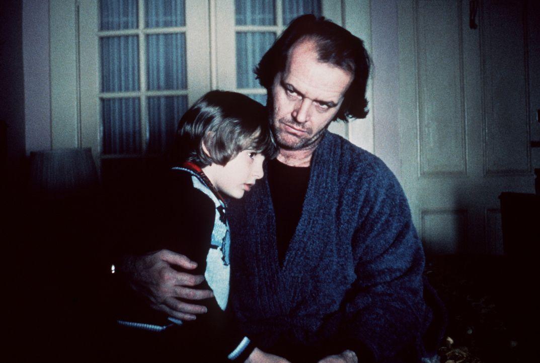 Der kleine Danny (Danny Lloyd, l.) fühlt sich in seiner neuen Umgebung nicht sehr wohl. Sein Vater Jack (Jack Nicholson, r.) versucht, ihn zu beruh... - Bildquelle: Warner Bros.