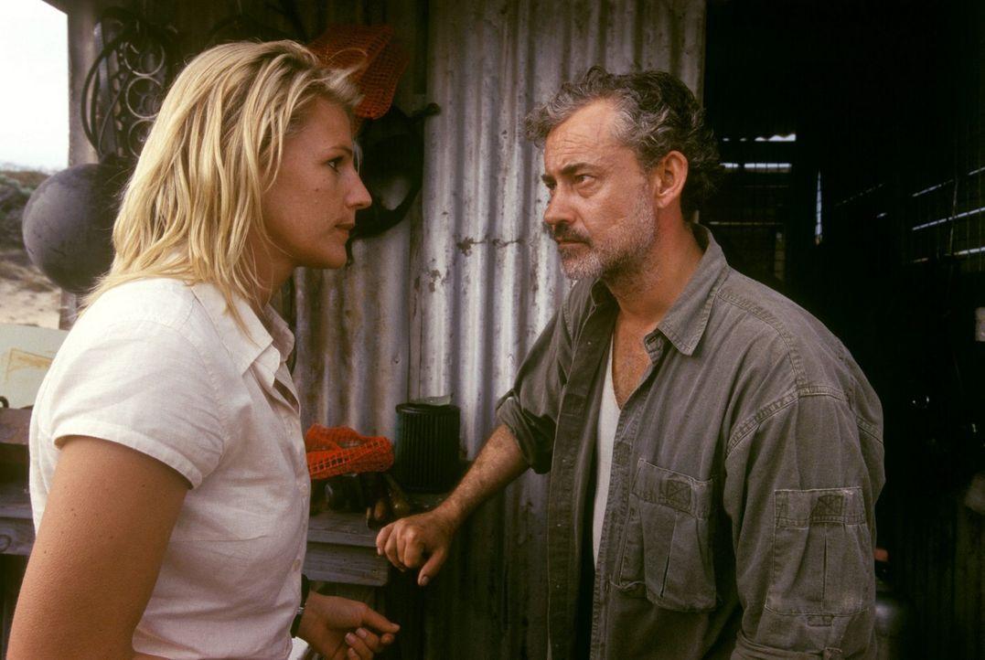Eine gefährliche Mission: Elena (Sophie Schütt, l.) möchte gemeinsam mit Steve (Rolf Kanies, r.) zum U-Boot-Wrack tauchen. - Bildquelle: Megan Lewis Sat.1