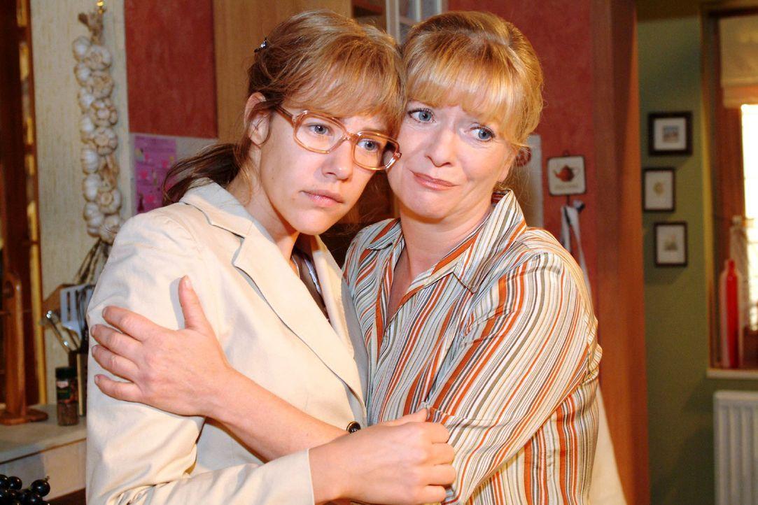Helga (Ulrike Mai, r.) versucht ihr Bestes, um Lisa (Alexandra Neldel, l.) zu trösten. Lisa redet sich verzweifelt ein, dass David nur eine schlecht... - Bildquelle: Monika Schürle Sat.1