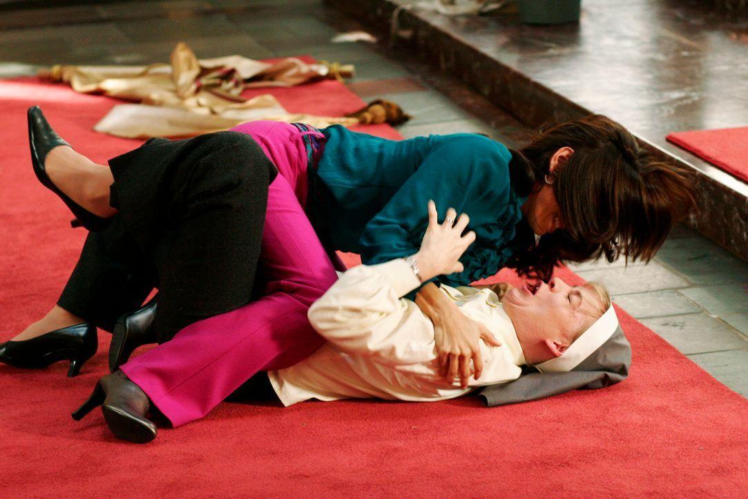 Gabrielle (Eva Longoria, oben) fährt in die Kirche, um sich von Schwester Mary (Melinda Page Hamilton, unten) zu verabschieden. Als sie allerdings v... - Bildquelle: 2005 Touchstone Television  All Rights Reserved