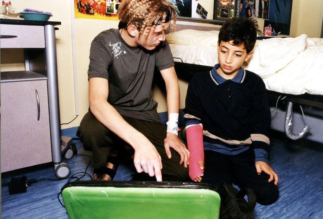 Der Hacker Troy (Siegfried Kautz jr., l.) zeigt dem kleinen Gülan (Onur Kavasoglu, r.), wie er über das Internet kostenlos nach Hause telefonieren k... - Bildquelle: Kurby SAT.1
