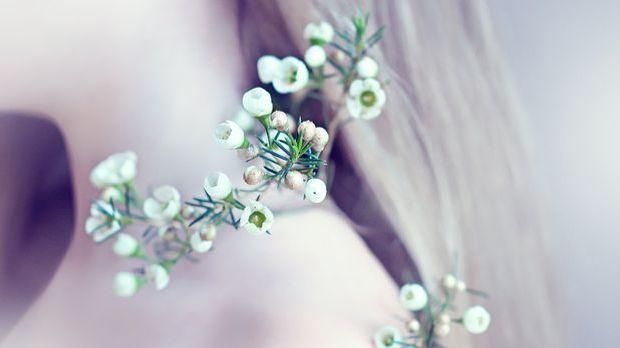 Brautschmuck haare echte blumen  Video: Hochzeit mit Haarschmuck: Blumen und Brautschmuck im Haar