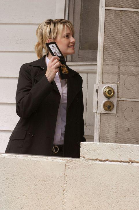 Laut einem anonymen Anrufer soll unter diesem Haus eine Leiche vergraben sein. Det. Lilly Rush (Kathryn Morris) geht der Sache auf den Grund ... - Bildquelle: Warner Bros. Television