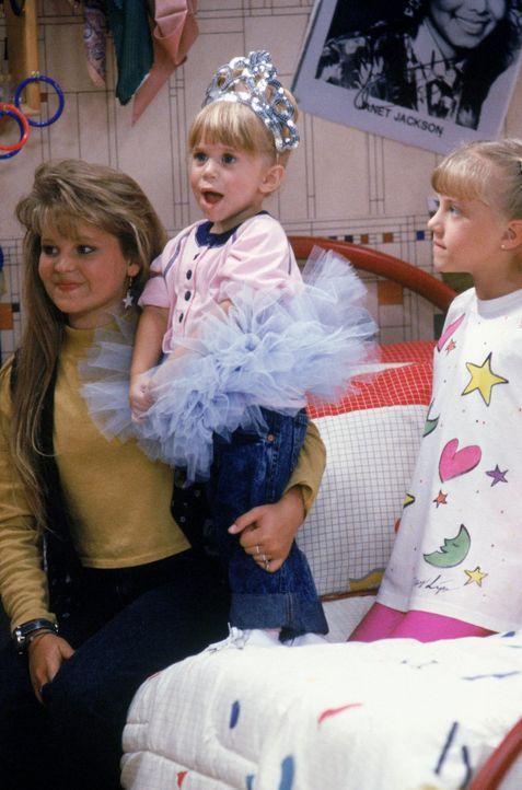 """D.J. (Candace Cameron, l.) Michelle (Mary.Kate/Ashley Olsen, M.) und Stepahnie (Jodie Sweetin, r.) sind hellauf begeistert, als Joey in die Show """"St... - Bildquelle: Warner Brothers Inc."""
