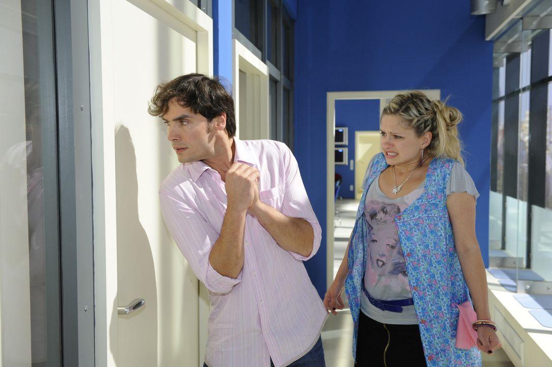 Als Mia (Josephine Schmidt, r.) mitbekommt, dass Natascha Katja nach dem Leben trachtet, holt sie Alexander (Paul Grasshoff, l.) zur Hilfe, der das... - Bildquelle: Sat.1
