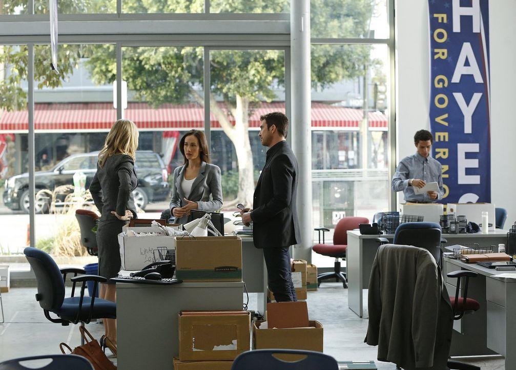 Der Bürgermeister der Stadt wird von einem Stalker heimgesucht. Beth (Maggie Q, M.) und Jack (Dylan McDermott, r.) ermitteln und stoßen dabei auf El... - Bildquelle: Warner Bros. Entertainment, Inc.