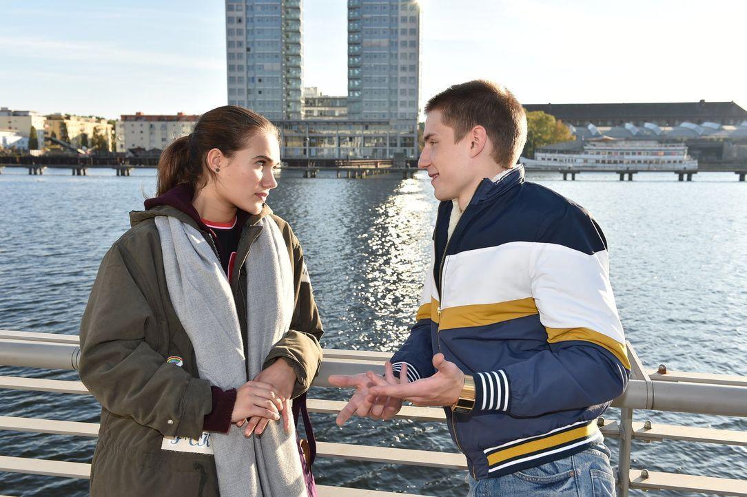 Knistert es zwischen Basti (Lennart Borchert, r.) und Maria (Josephine Martz, l.)? - Bildquelle: Andre Kowalski SAT.1/Andre Kowalski