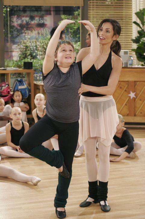 Um Mia (Emmanuelle Vaugier, r.) zu beeindrucken, legt sich Jake (Angus T. Jones, l.) im Ballettunterricht total ins Zeug ... - Bildquelle: Warner Brothers Entertainment Inc.