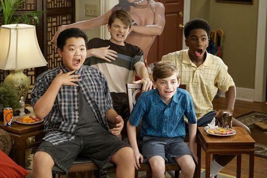 Eddie (Hudson Yang, vorne l.) nutzt die Krankheit seiner Mutter aus und gönnt...