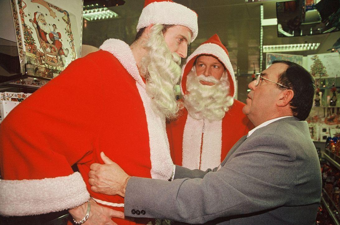 Victor (Jochen Horst, M.) findet sich inmitten eines Nikolausteams wieder, das engagiert ist, um in einem großen Kaufhaus die Kunden zu betreuen. Fr... - Bildquelle: Spitz Sat.1