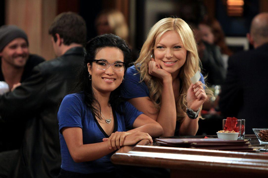 Können nicht fassen, dass Matt Gunn plötzlich in der Bar auftaucht: Chelsea (Laura Prepon, r.) und Olivia (Ali Wong, l.) ... - Bildquelle: Warner Brothers