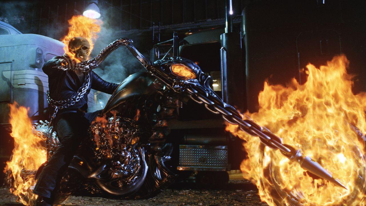 Nacht für Nacht jagt der Ghost Rider (Nicolas Cage) auf seinem teuflischen Gefährt über die Erde, um die Bösen zu vernichten. Eines Tages erhält er... - Bildquelle: 2007 CPT Holdings, Inc. All Rights Reserved. (Sony Pictures Television International)