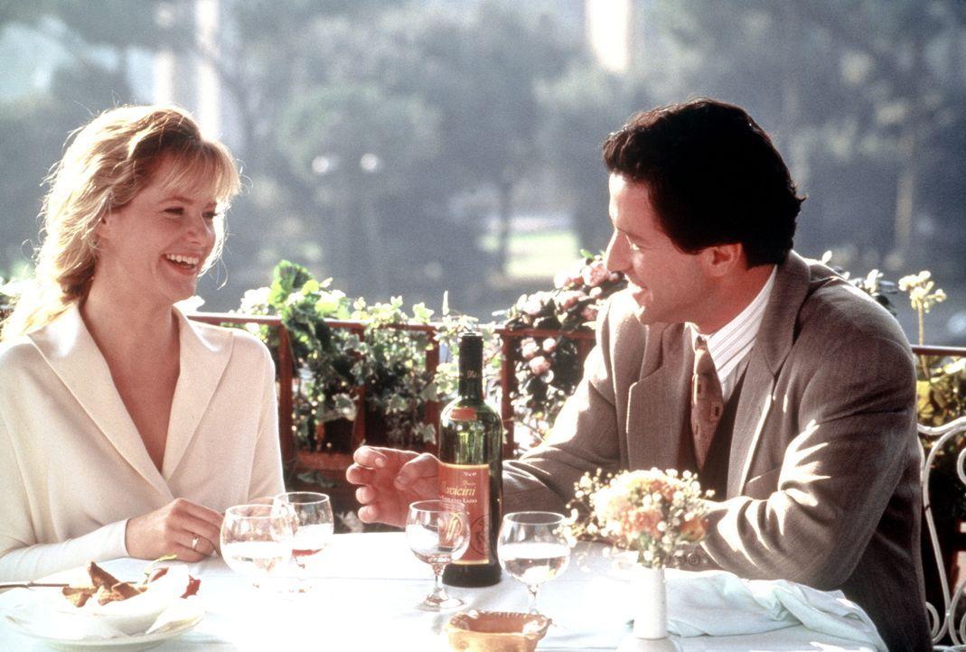 Die von ihrem Ehedasein total frustrierte Kate (Bonnie Hunt, l.) beginnt mit dem Italiener Giovanni (Joaquim de Almeida, r.) eine himmlische Romanze... - Bildquelle: CPT Holdings, Inc.