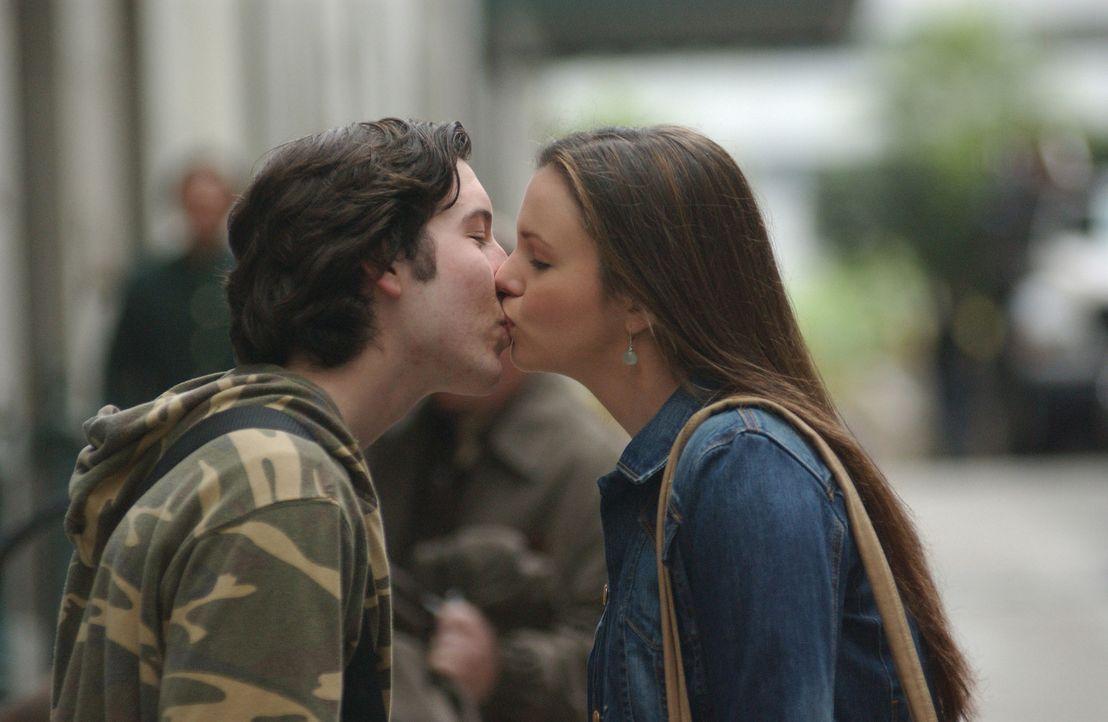Sind glücklich miteinander: Joan (Amber Tamblyn, r.) und Adam (Christopher Marquette, l.) ... - Bildquelle: Sony Pictures Television