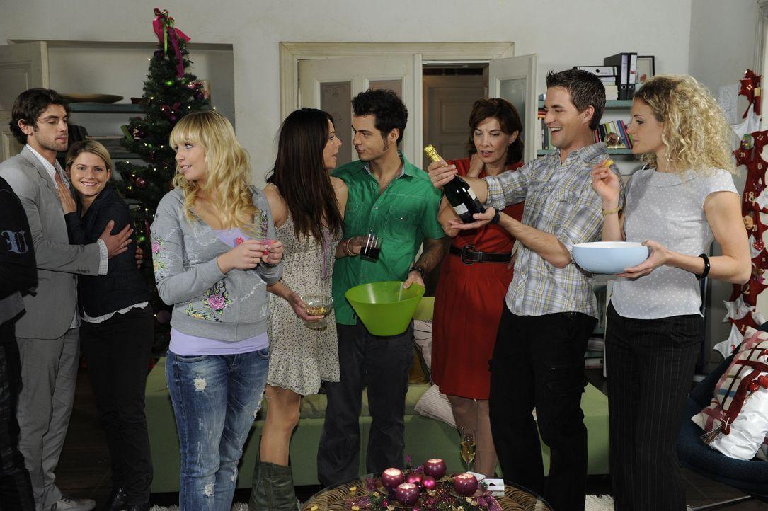 Fröhliche Weihnachten: (v.l.n.r.) Jonas (Roy Peter Link), Anna (Jeanette Biedermann), Lily (Jil Funke), Paloma (Maja Maneiro), Maik (Sebastian Kön... - Bildquelle: SAT.1