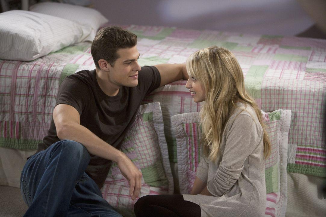 Jack (Greg Finley, l.) gibt Grace (Megan Park, r.) zu verstehen, dass sie mit ihm über alles reden kann - auch über Frauenprobleme ...