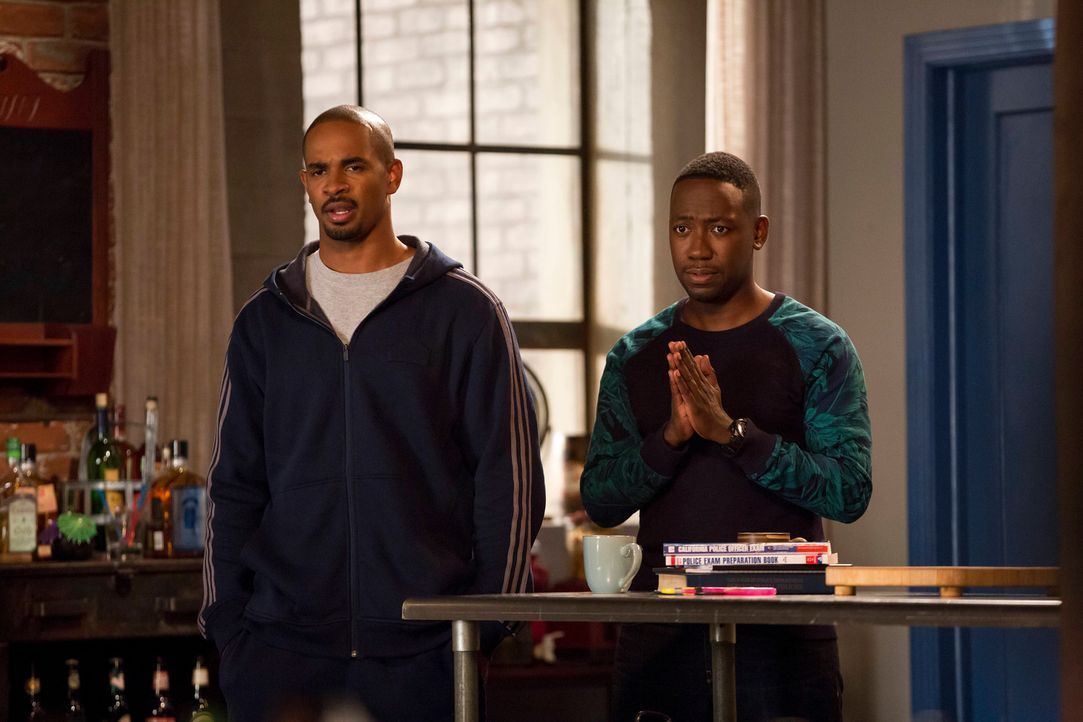 Glauben, dass Kai ein Geheimnis hat: Coach (Damon Wayans Jr., l.) und Winston (Lamorne Morris, r.) ... - Bildquelle: 2014 Twentieth Century Fox Film Corporation. All rights reserved.