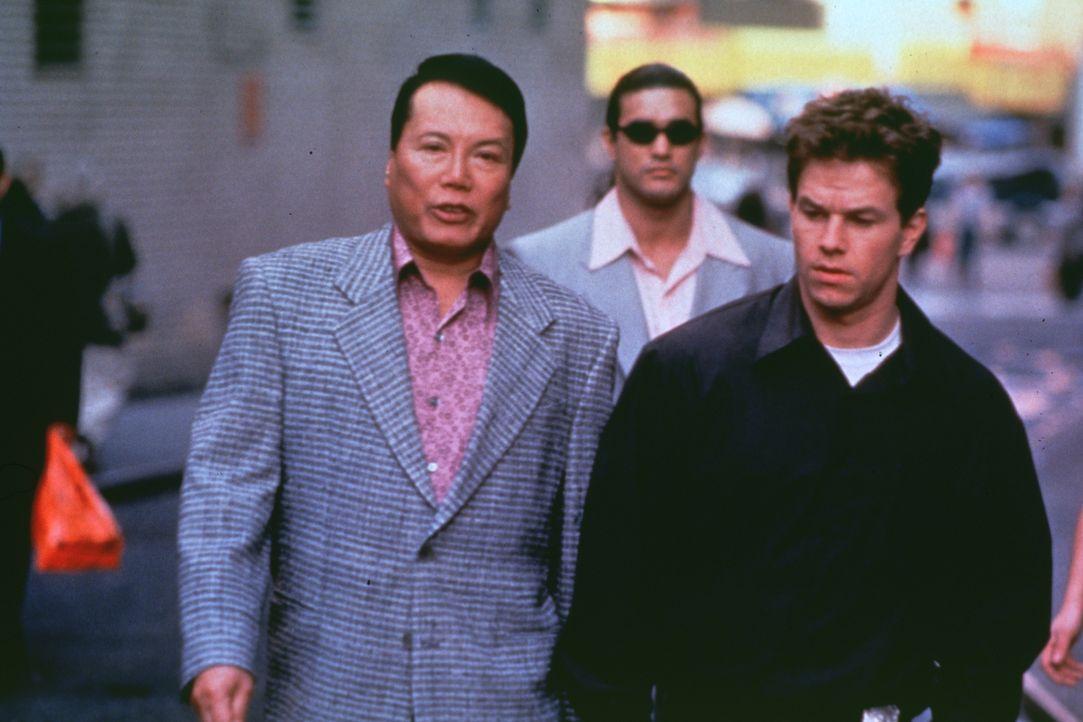Nach und nach gelingt es Danny (Mark Wahlberg), den Korruptionssumpf offenzulegen. Doch welche Rolle spielt Herny Lee (Ric Young, l.) in diesem Drama? - Bildquelle: Kinowelt Filmverleih GmbH