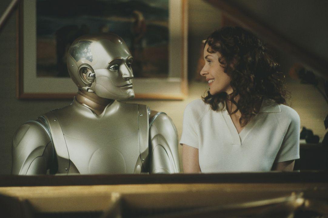 Die tiefen Gefühle, die der Roboter Andrew (Robin Williams, l.) für die schöne Portia (Embeth Davidtz, r.) empfindet, bleiben ihr nicht verborgen ..... - Bildquelle: Columbia TriStar Film GmbH