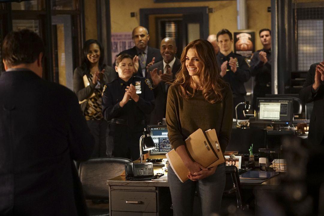 Beckett (Stana Katic, M.) startet ihre neue Karriere als Captain des 12ten Reviers, doch ein brisanter Anruf bringt eine Kette gefährlicher Ereignis... - Bildquelle: Richard Cartwright 2015 American Broadcasting Companies, Inc. All rights reserved.