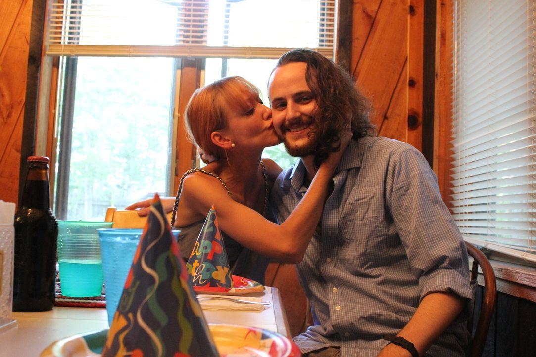Hat dieses Glück eine Chance? Deborah (l.) findet nach ihrer Flucht einen neuen Mann ... - Bildquelle: Atlas Media Corp.
