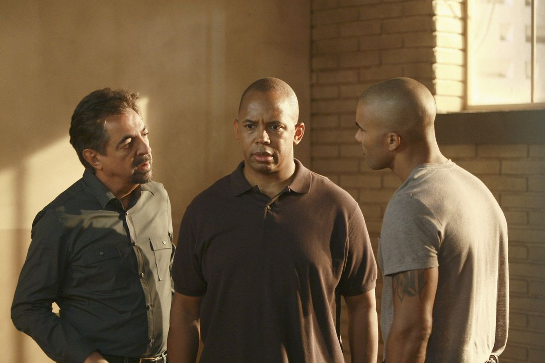 William Harris (Michael Boatman, M.) wird in Sarasota vor seinem Haus von der Polizei verhaftet. Ihm wird zur Last gelegt, drei Frauen ermordet und... - Bildquelle: Touchstone Television