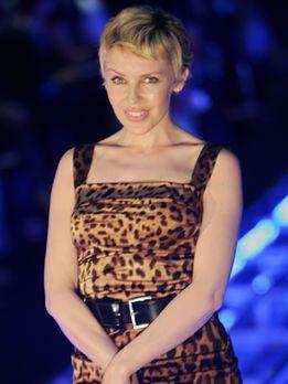 Kylie posiert vor der Dolce & Gabbana Show im September 2006 in Mailand...