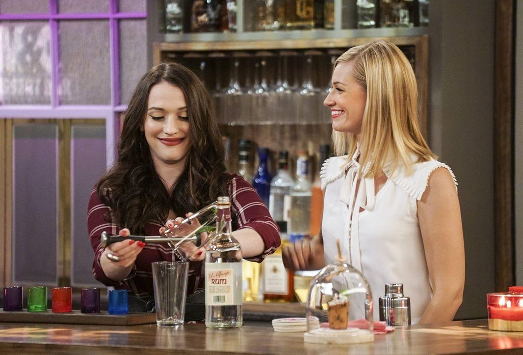 Max (Kat Dennings, l.) und Caroline (Beth Behrs, r.) belegen einen Barkeeper-Kurs, damit sie bei sich in der Bar auch Cocktails anbieten können. Doc... - Bildquelle: Warner Bros. Television