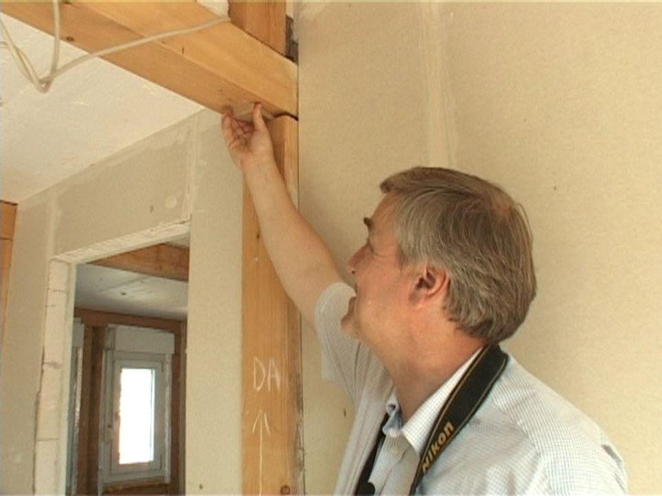 Für Bauherren ist er oft die letzte Hoffnung. Sein Name: Helge-Lorenz Ubbelohde. Sein Beruf: Gutachter. Fachgebiet: Pfusch am Bau. - Bildquelle: Sat.1