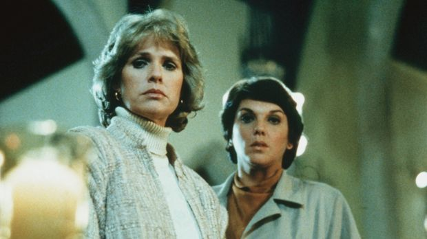 In der Kirche, in die Cagney (Sharon Gless, l.) und Lacey (Tyne Daly) gerufen...