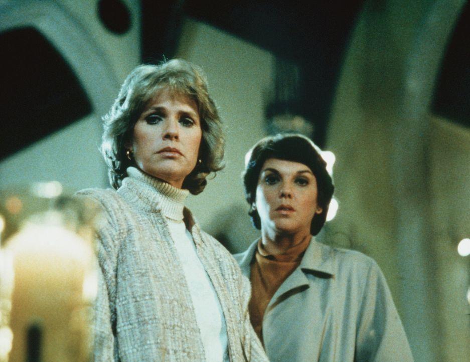In der Kirche, in die Cagney (Sharon Gless, l.) und Lacey (Tyne Daly) gerufen wurden, finden sie die Leiche einer Nonne vor. - Bildquelle: ORION PICTURES CORPORATION. ALL RIGHTS RESERVED.