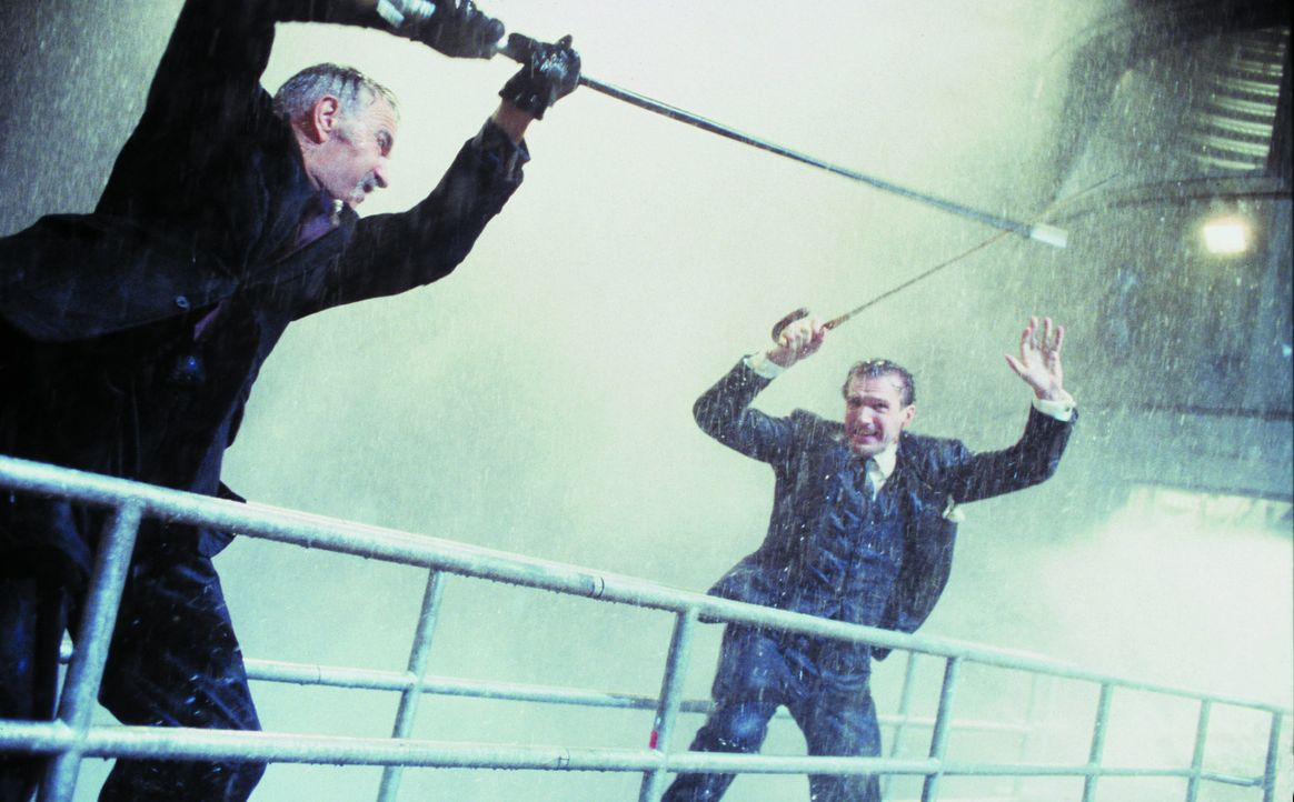Das diabolische Genie Sir August De Wynter (Sean Connery, l.) hat eine Maschine erfunden, die ihn das Klima beherrschen läßt. Nun droht er, damit... - Bildquelle: Warner Brothers International Television Distribution Inc.
