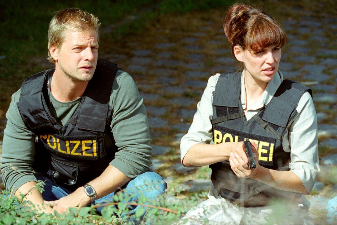 Nina Metz (Elena Uhlig, r.) und Leo (Henning Baum, l.) ermitteln im Fall Ruger. - Bildquelle: Christian A. Rieger Sat.1