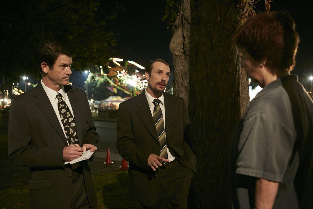 Wer hat etwas gesehen? Die Ermittler John Linert (Rob Tremblay. l.) und Dave Callin (Greg Zajac, r.) befragen die Veranstalter des Jahrmarkts, den d... - Bildquelle: Ian Watson Cineflix 2014