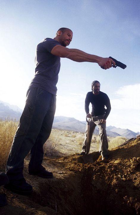 Immer kräftig am Grabschaufeln: die schießwütigen Cops Vetter (Vin Diesel, l.) und Hicks (Larenz Tate, r.) ... - Bildquelle: Warner Bros. GmbH