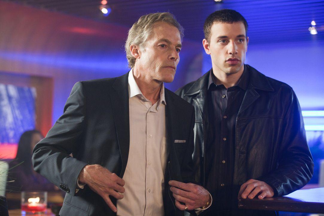 Claypool (Michael Massee, l.) findet den Wein, den er von Ilsa bekommen hat, verdächtig ... - Bildquelle: 2011  Warner Bros.