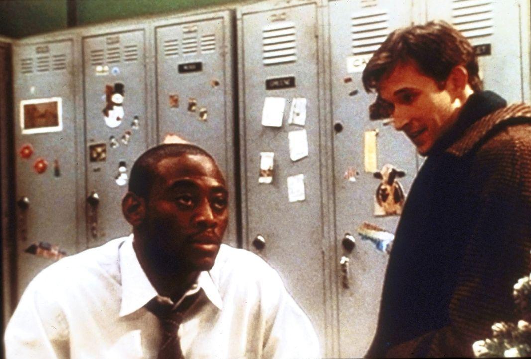 Obwohl Dr. Carter (Noah Wyle, r.) weiß, dass sein Freund Dennis (Omar Epps, l.) große private und berufliche Probleme hat, kann er ihm nur wenig Tro... - Bildquelle: TM+  2000 WARNER BROS.