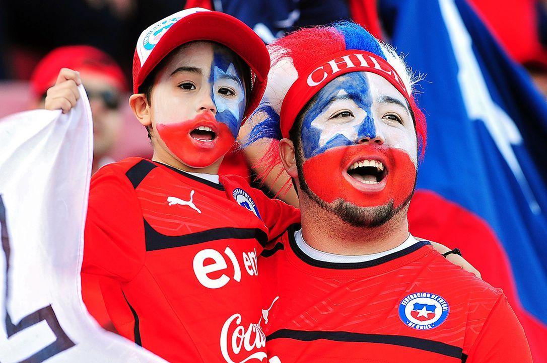 Fussball-Fans-Chile-131015-AFP - Bildquelle: AFP