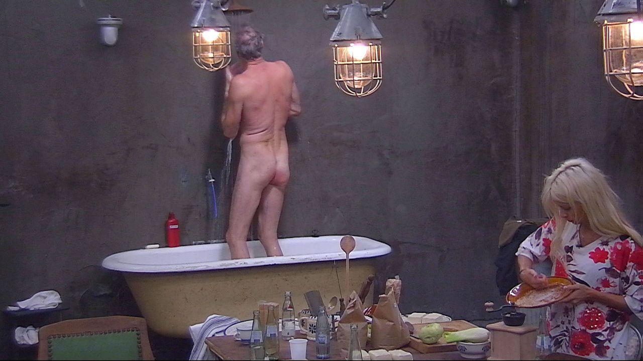Schill duscht unten