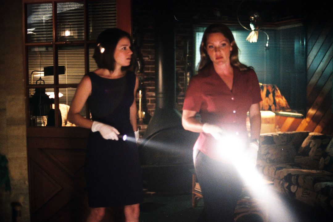 Eva Rossi (Anna Belknap, l.) und Dr. Natalie Durant (Kelli Williams, r.) versuchen eine Anhäufung von Lungenentzündungserkrankungen zu klären. Ev... - Bildquelle: CBS Television