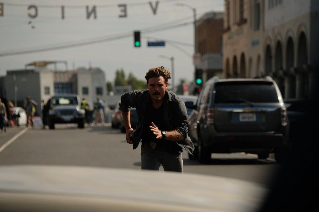 Bei einer Verfolgungsjagd gerät Riggs (Clayne Crawford) an seine körperlichen Grenzen, als er versucht, einen Verdächtigen einzuholen ... - Bildquelle: Warner Brothers