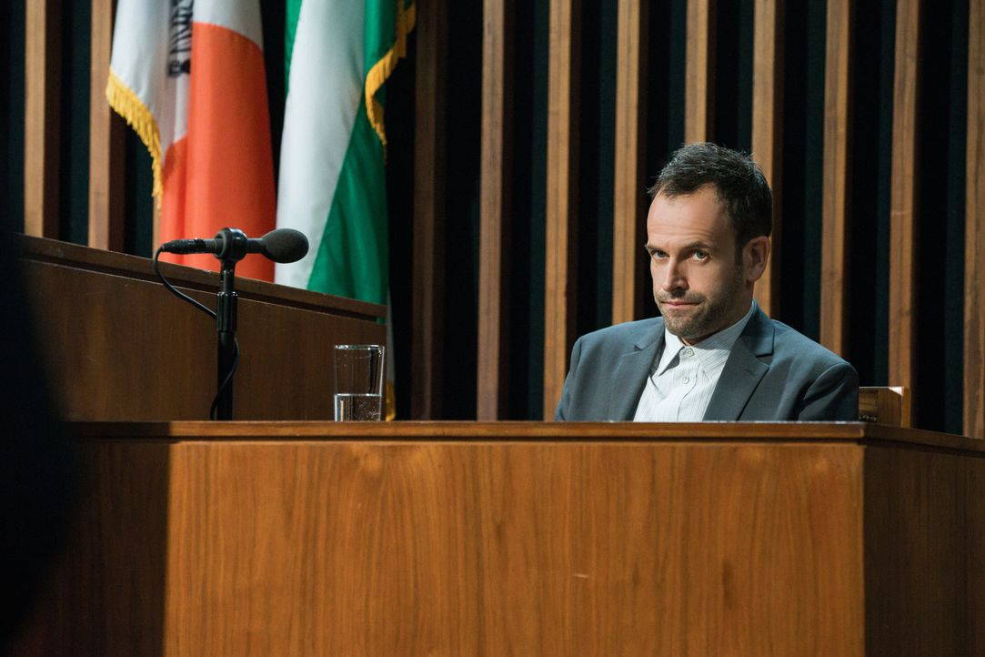 Holmes (Jonny Lee Miller) muss vor dem Polizeigericht erklären, warum James Dylan vor Jahren für ihn der Hauptverdächtige in einem Mordfall war ... - Bildquelle: CBS Television